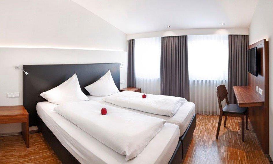 Hotel Apfelbaum Zimmer Bett Schwarz Klein Hotel Apfelbaum